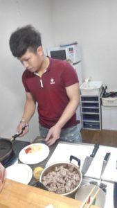 キッチン男子が本格的なベトナム料理を手際よく作ります。