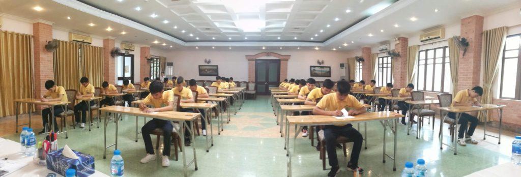 会議室で計算問題に取り組む実習候補生たち。